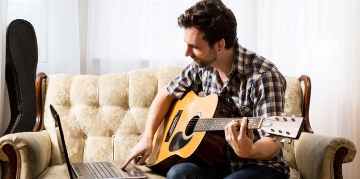 Guitarrista estudiando